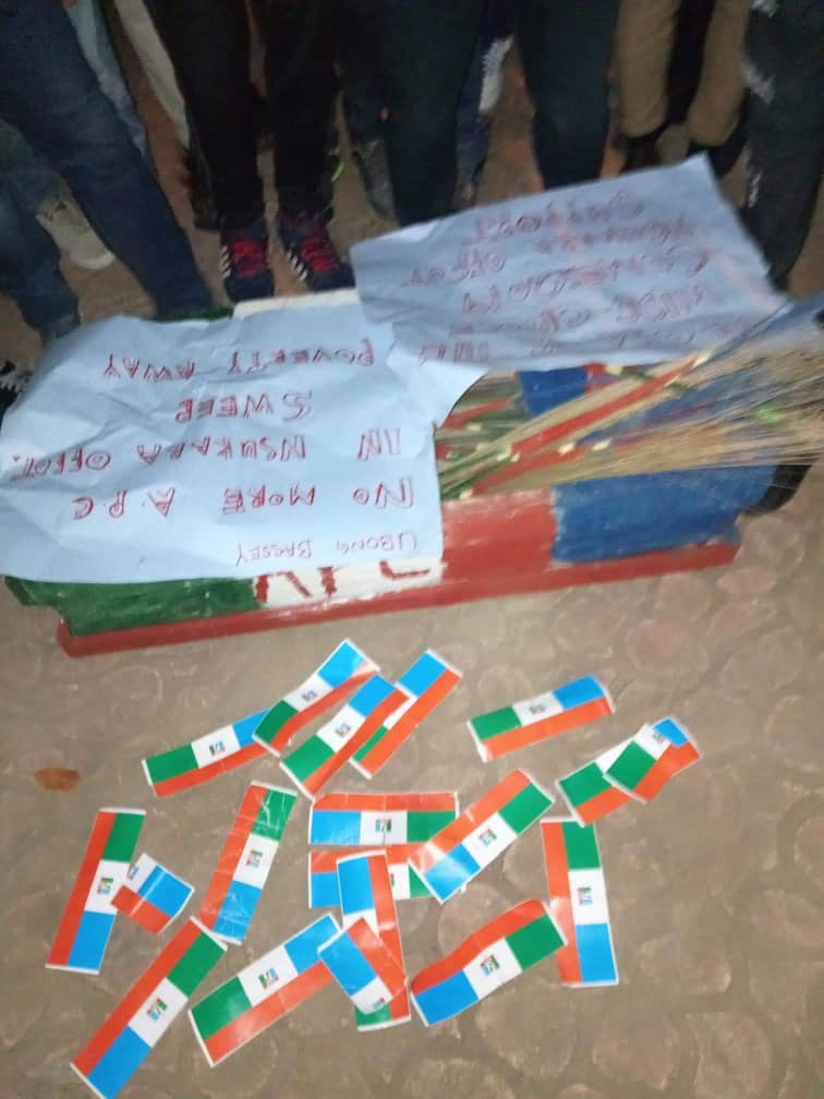 Photo of Mass defection hits APC in Uyo, over 1,000 members declares for Gov Emmanuel